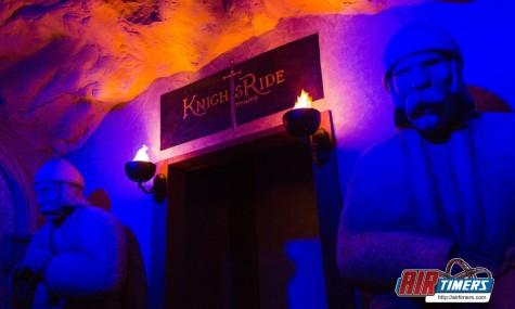 Zwei grimmige Statuen erwarten die Gäste am Eingang zur Warteschlange - Anklicken zum vergrößern!