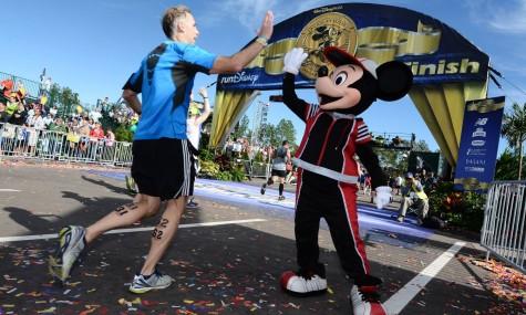 Mickey begrüßte die Läufer im Ziel