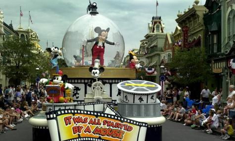 """Ein Wagen der Parade """"Share A Dream Come True Parade"""" in Schneekugelform"""