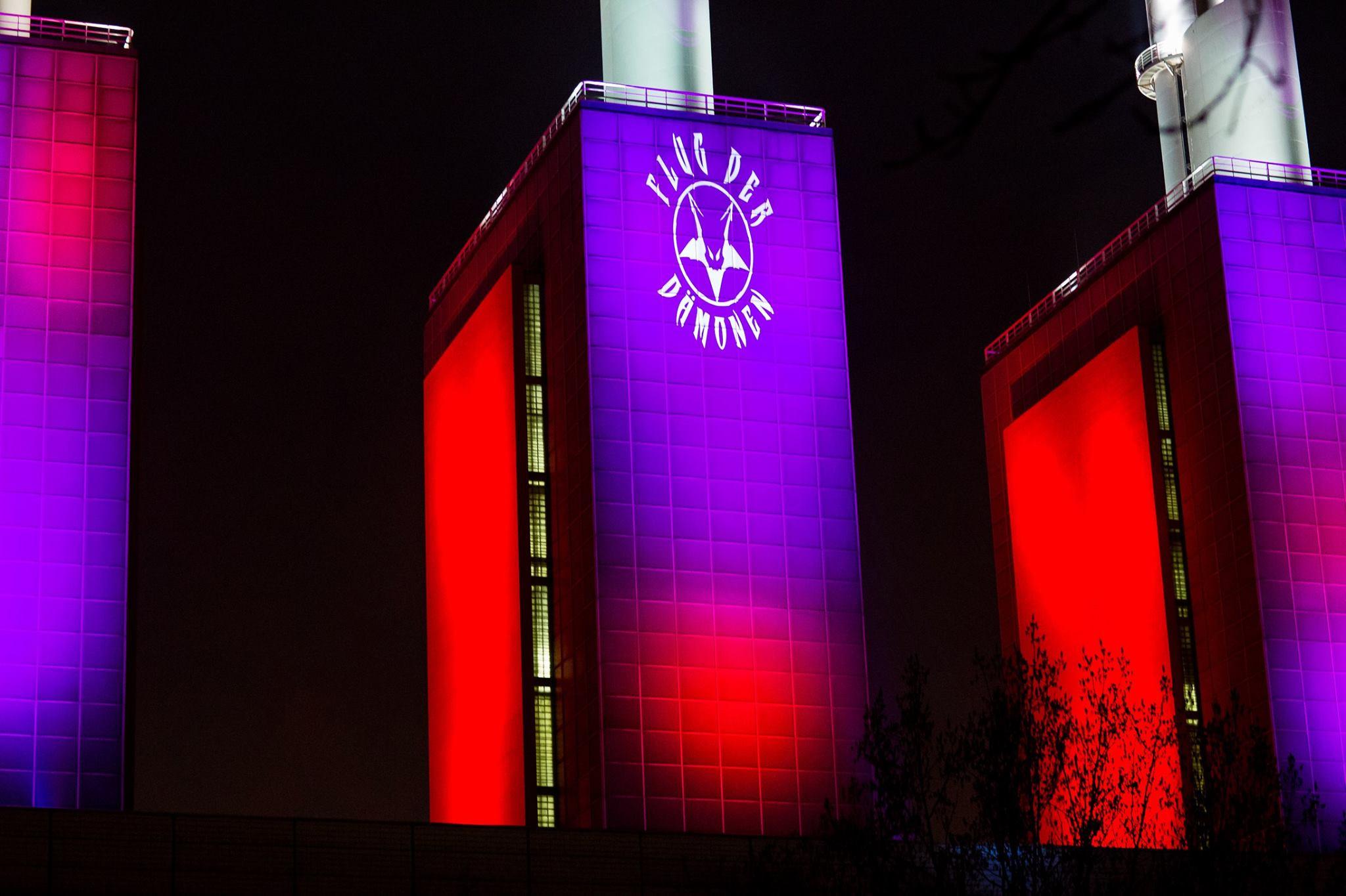 Sowieso illuminierte Industriegebäude haben einen weiteren Blickfang erhalten