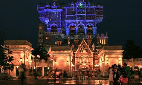 Der Tower of Terror in DisneySEA bei Nacht