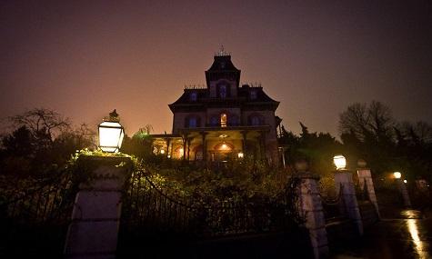 Das Phantom Manor zählt heute noch immer zu den beliebtesten Attraktionen im Disneyland Paris