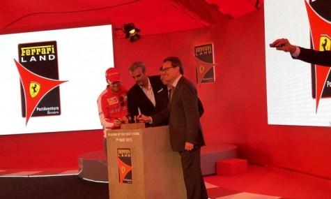 Auch Sebastian Vettel durfte auf dem ersten Grundstein des Parks unterschreiben - Anklicken zum Vergrößern!
