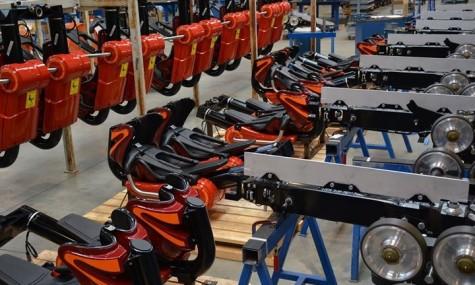 Die neuen Züge in der Fabrikhalle von Vekoma - Anklicken zum Vergrößern!