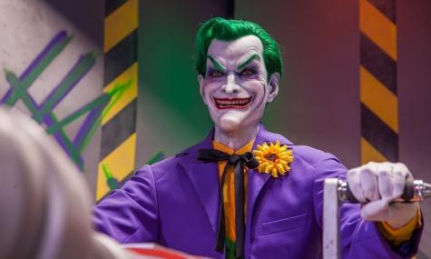 Auch in den 2016er Versionen ist die beeindruckende Joker-Animatronic wieder dabei - Anklicken zum Vergrößern!