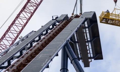 Die höchste Schiene des höchsten Dive Coasters wird installiert - Anklicken zum Vergrößern!