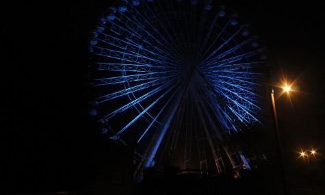 Das Riesenrad wird am Abend stimmungsvoll in Szene gesetzt