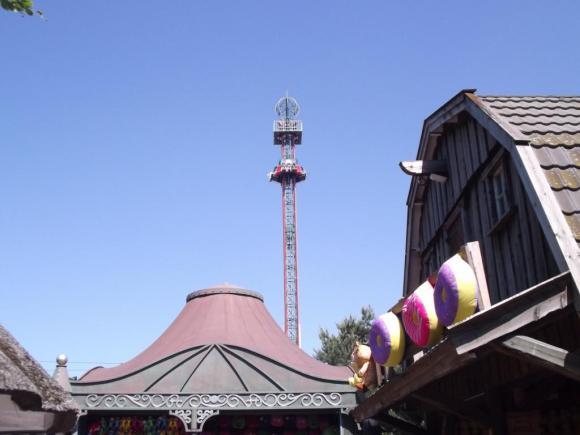 Angehängte Bilder: Free Fall Tower im Hintergrund mit Gebäude.JPG